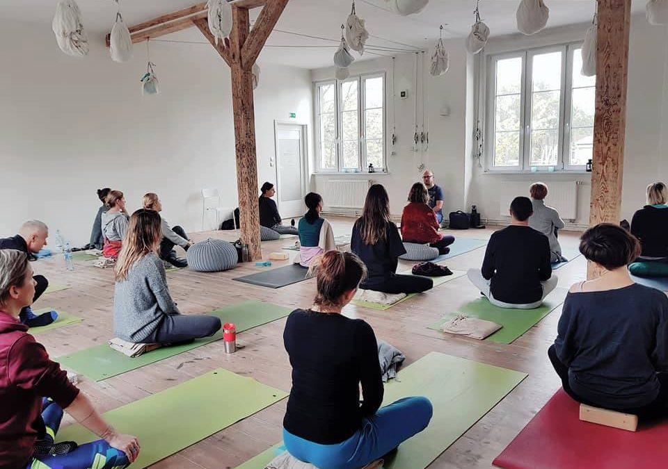 """Podkast """"Dialogi o medytacji"""", odc. 1: Tradycja jogi i medytacji w Indiach"""
